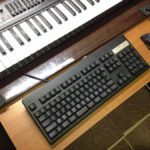 ディスプレイと目の距離を離す! キーボード台を安く作って机の奥行きを広げる方法